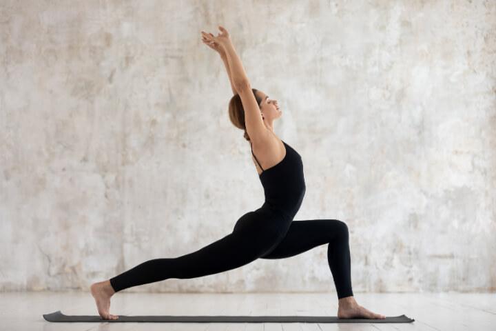Abnehmen durch Yoga mit Virabhadrasana 1